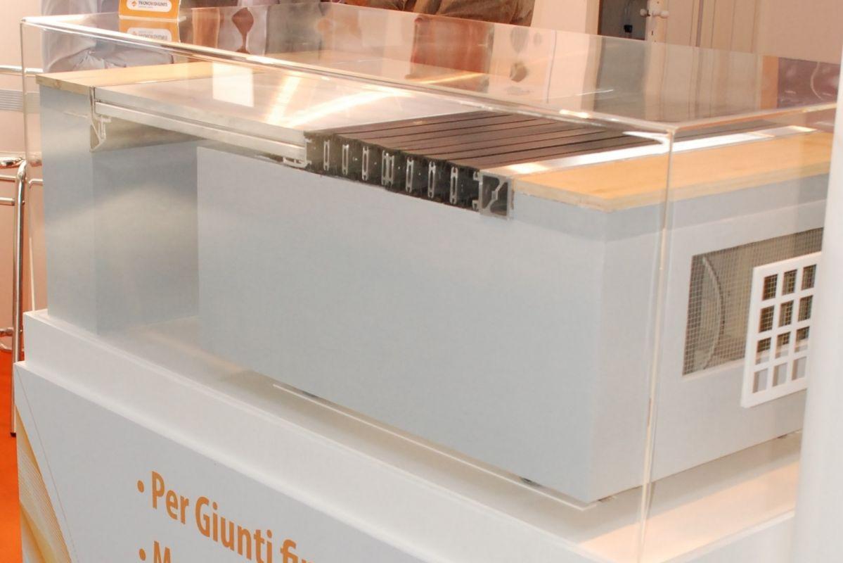 Tecno K Giunti ha presentato al SAIE 2013 un campione in movimento del Sistema di Giunzione serie K MOVE per STRUTTURE CON ISOLAMENTO SISMICO ALLA BASE.