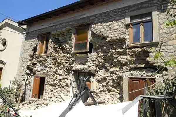 Prima documentazione fotografica di alcuni danni del recente evento sismico di Amatrice-Norcia-Valle del Tronto del 24 Agosto 2016 e dei successivi scuotimenti.
